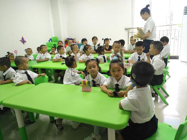 州聋儿听力语言康复中心的教师正在给孩子们上课